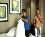 ROOM SERVICE! Empleada es seducida por huésped mientras limpiaba el cuarto from hotel